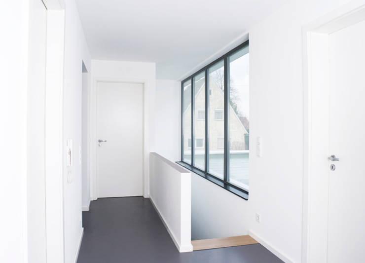 Ein weißes Haus:  Flur & Diele von ZappeArchitekten