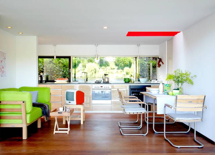 Sommerraum am Wasser:  Wohnzimmer von ZappeArchitekten
