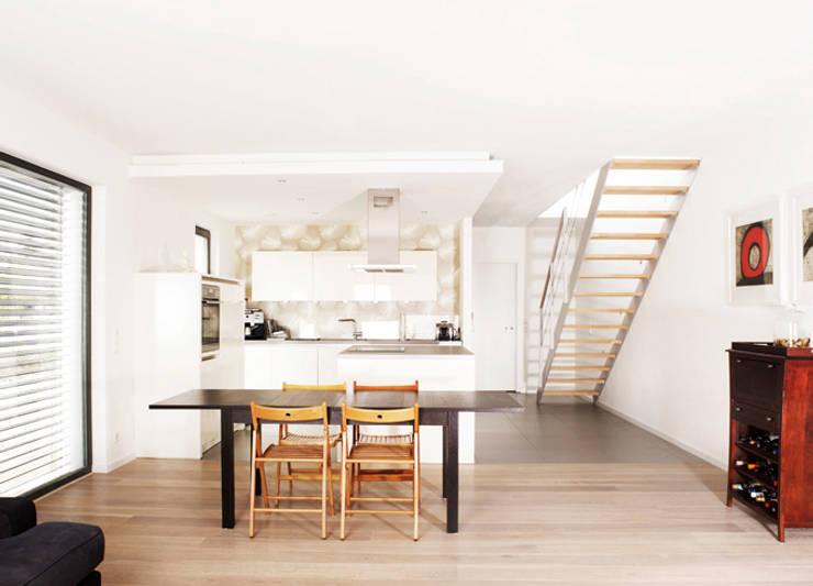 Ein weißes Haus:  Küche von ZappeArchitekten