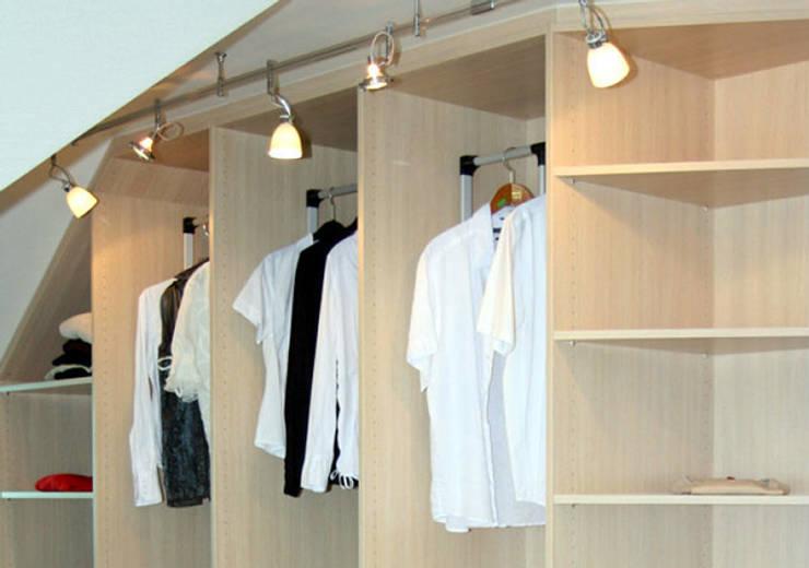 Vestidores y closets de estilo  por RAUMAX GmbH