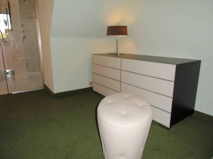 Ankleidezimmer Waldenburg:  Schlafzimmer von RAUMAX GmbH