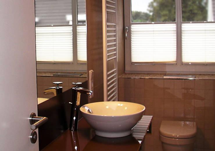 Einfamilienhaus Wendisch Rietz: ausgefallene Badezimmer von RAUMAX GmbH