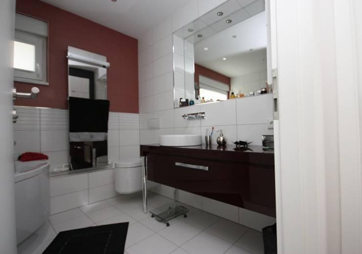 Banheiros clássicos por RAUMAX GmbH