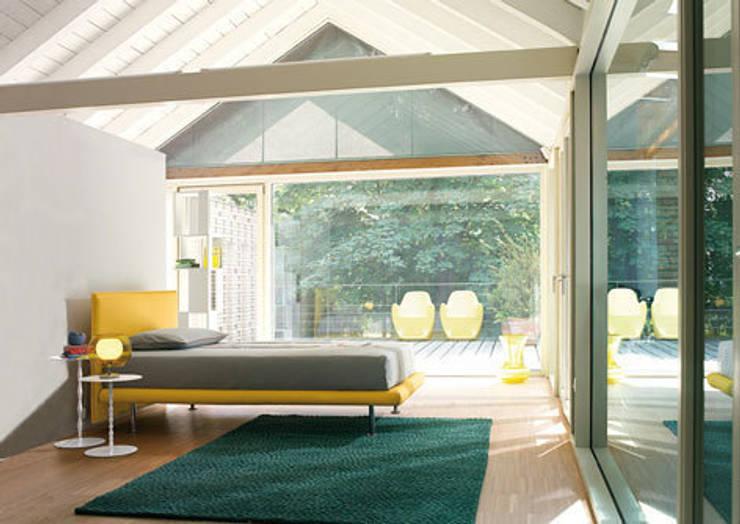 Dachschrägen einrichten: moderne Wohnzimmer von RAUMAX GmbH