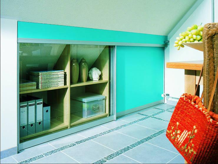 Dachschrägen einrichten: moderne Arbeitszimmer von RAUMAX GmbH