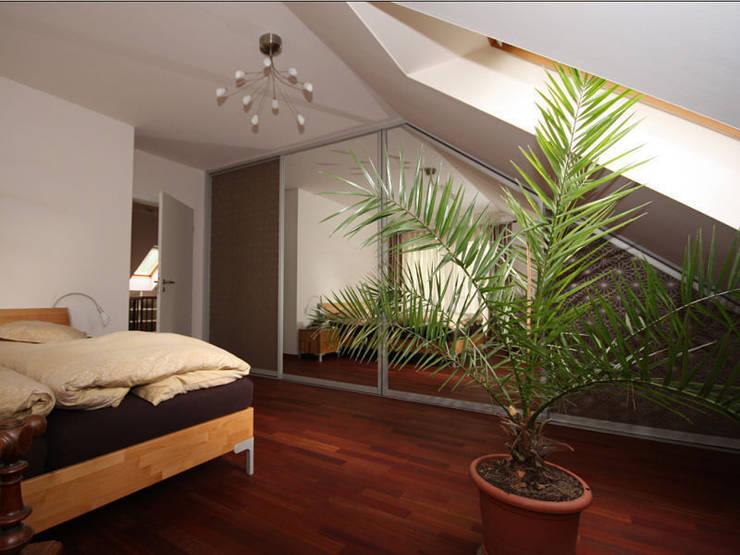 Dachschrägen einrichten: klassische Schlafzimmer von RAUMAX GmbH