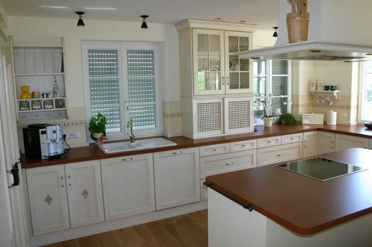 Möbel im Landhausstil:  Küche von Wagner Möbel Manufaktur