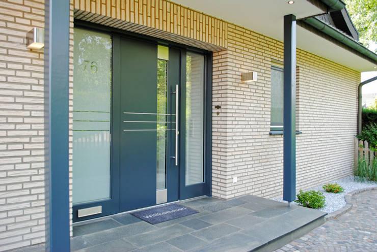Puertas y ventanas de estilo  por Strotmann Innenausbau GmbH