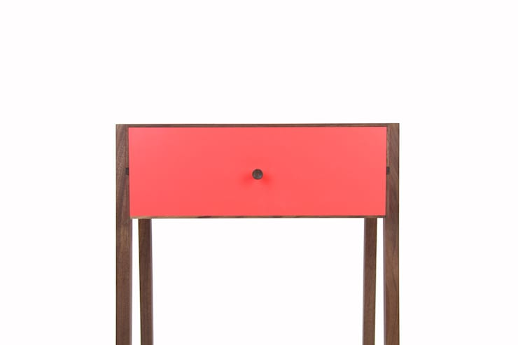 Animate Bedside Table: moderne Schlafzimmer von Young & Norgate