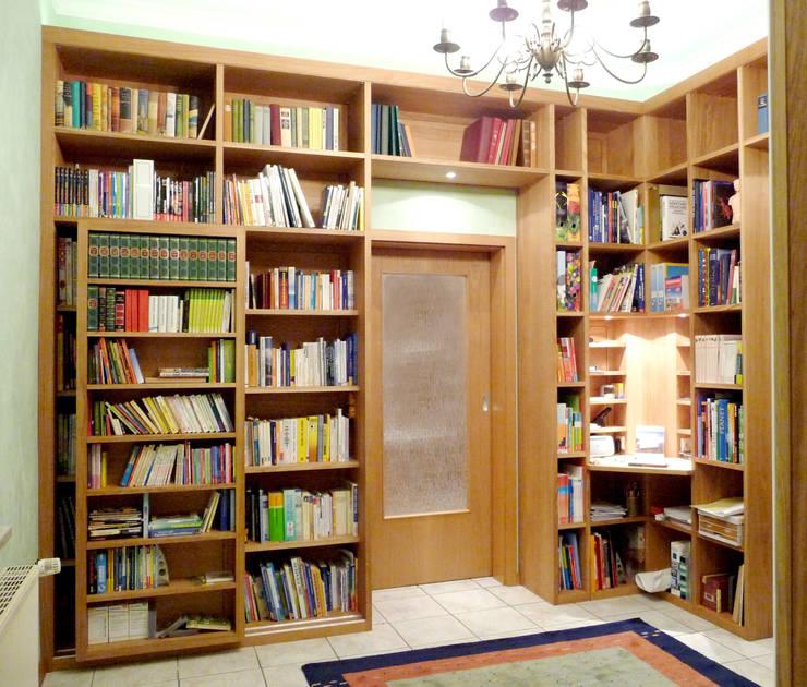 Bibliothek nach Kundenwunsch: ausgefallene Wohnzimmer von Einrichtungshaus & Innenarchitektur Jablonski GmbH
