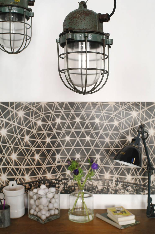 Bunkerlampen mit schöner Patina:  Wohnzimmer von Goldstein & Co.