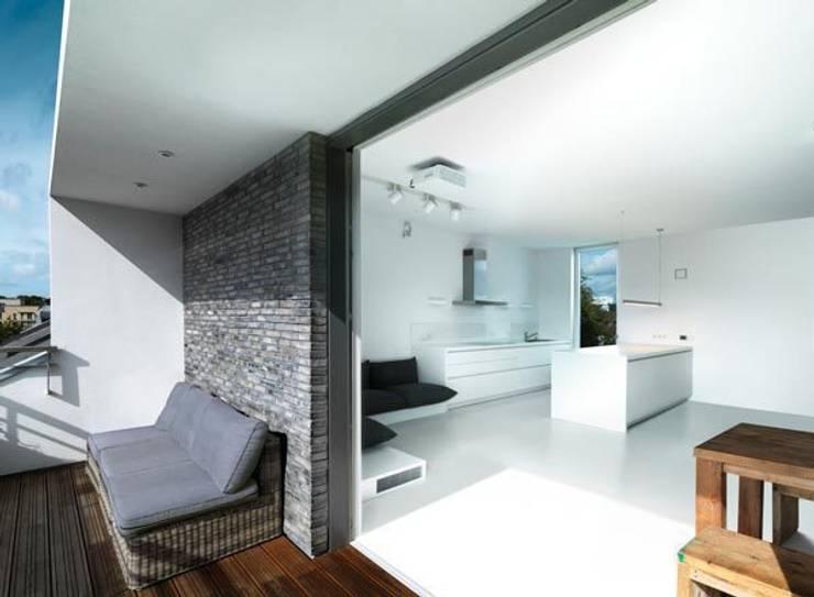 Wohnbereich: moderne Küche von Sieckmann Walther Architekten
