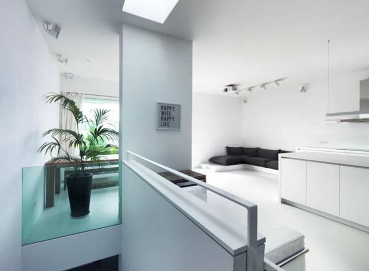 Erschließung: moderne Wohnzimmer von Sieckmann Walther Architekten