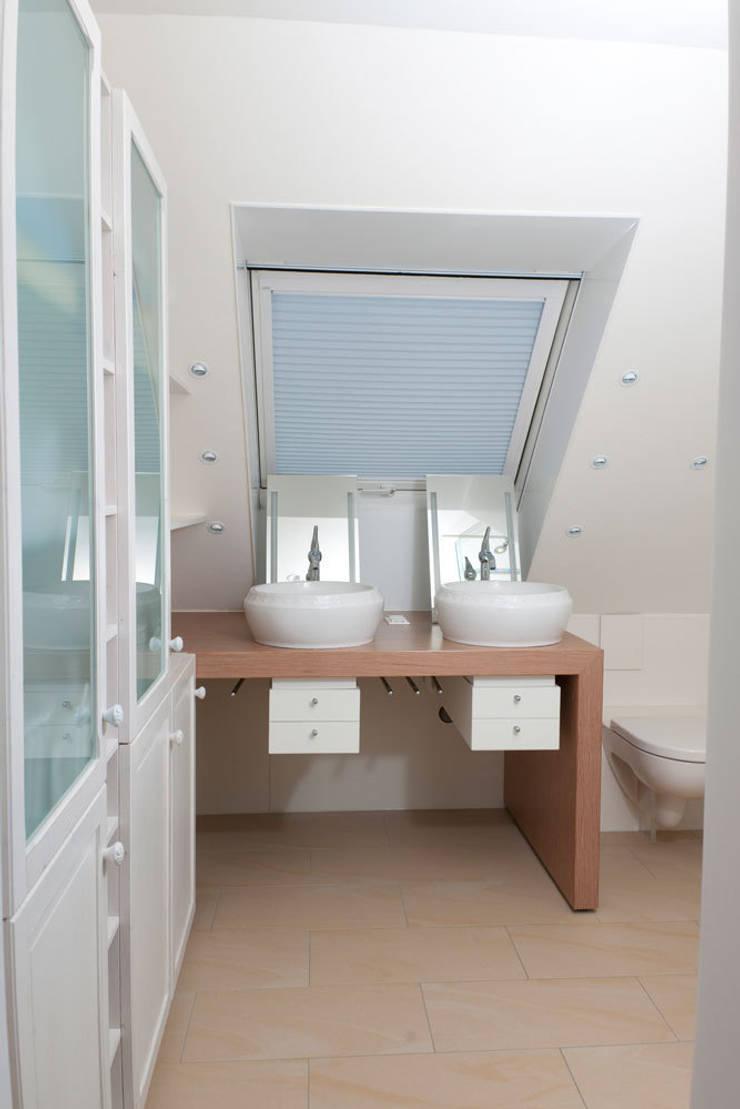 Bad:  Badezimmer von Die Tischlerei Hauschildt