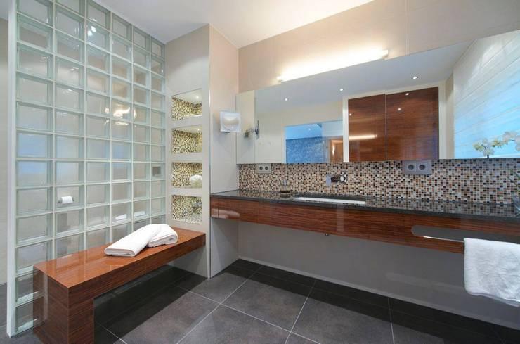 Bad mit Verbindung zum Saunaraum: moderne Badezimmer von Badkultur | Berlin