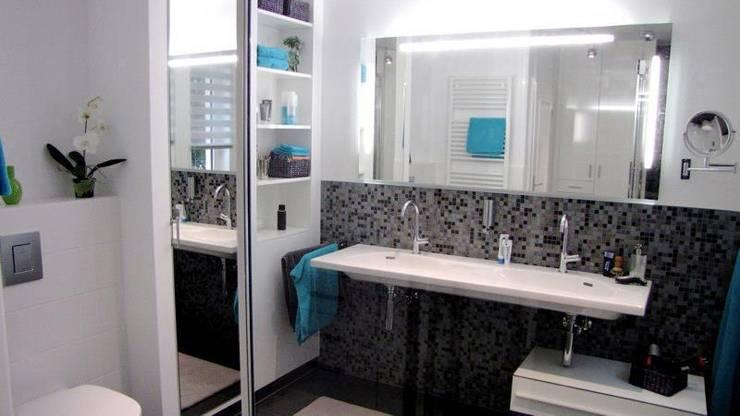 Schachterweiterung zwischen Waschtisch und WC: moderne Badezimmer von Badkultur   Berlin