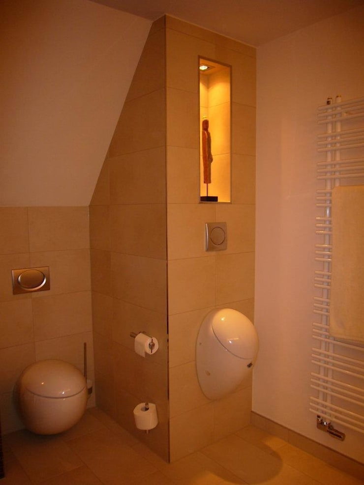 Weiche Formen unter spitzem Dach: moderne Badezimmer von Badkultur   Berlin