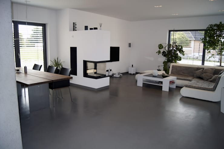Moderne Villa bei Amberg:  Wohnzimmer von Manfred Weber Bodenbeläge UG