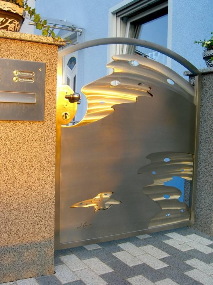 Edelstahltor: moderner Garten von Edelstahl Atelier Crouse - Stainless Steel Atelier