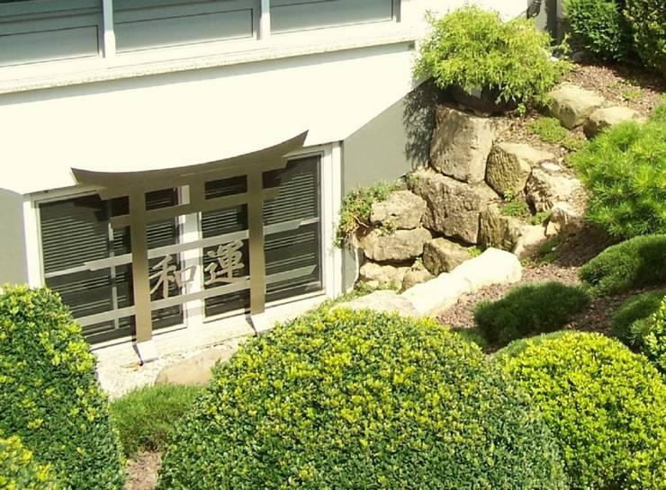 Edelstahlfenstergitter: moderner Garten von Edelstahl Atelier Crouse - Stainless Steel Atelier