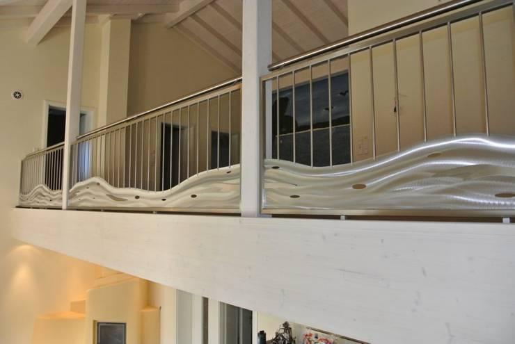 Vestíbulos, pasillos y escaleras de estilo  por Edelstahl Atelier Crouse - individuelle Gartentore