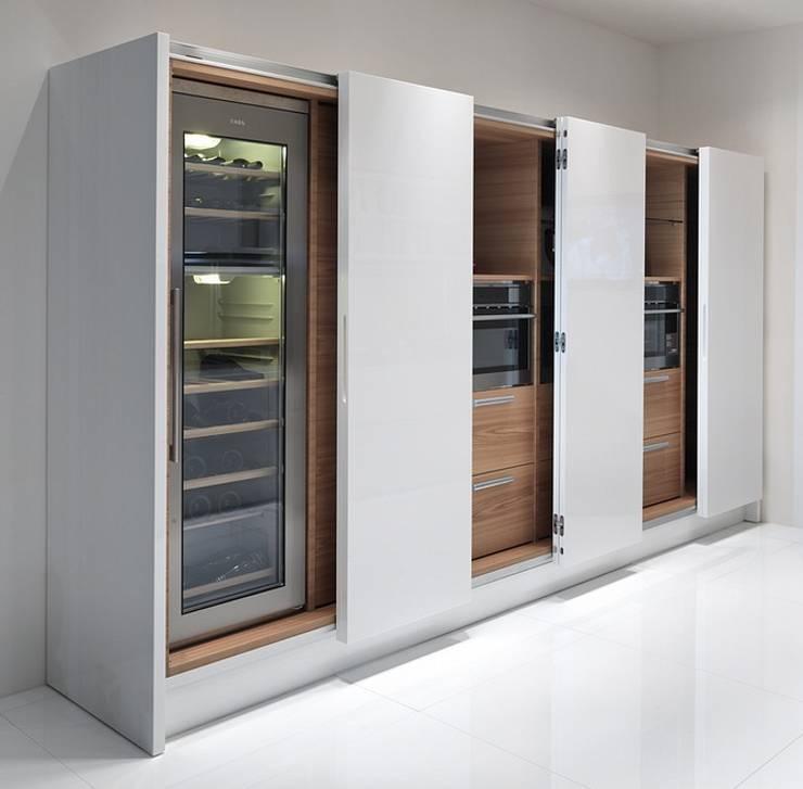Geräteschrank mit geteilten Schiebetüren:  Küche von Küchengaleria Oßwald GmbH