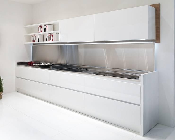 Küchenzeile mit aufklappbarer Abdeckung:  Küche von Küchengaleria Oßwald GmbH