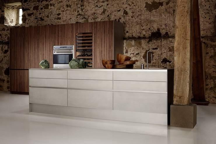 Luxusküche / italienische Designerküche in Edelstahl und Echtholz:  Küche von Küchengaleria Oßwald GmbH