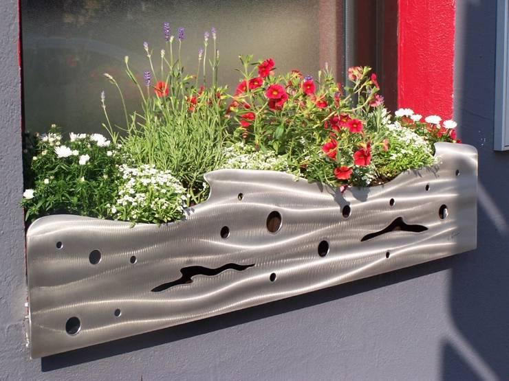 Edelstahl Blumenkasten Verkleidung: moderner Garten von Edelstahl Atelier Crouse - Stainless Steel Atelier