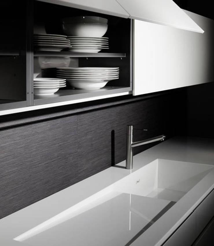 Luxusküche / Italienische Designerküche mit Küchenoberfläche aus Quarzglas: moderne Küche von Küchengaleria Oßwald GmbH