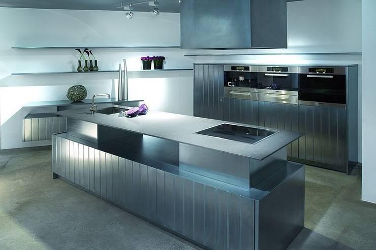 Küchenoberfläche aus Metalleffektlack: ausgefallene Küche von Küchengaleria Oßwald GmbH