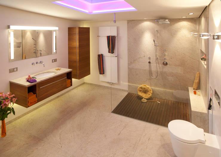 Casas de banho modernas por Design by Torsten Müller