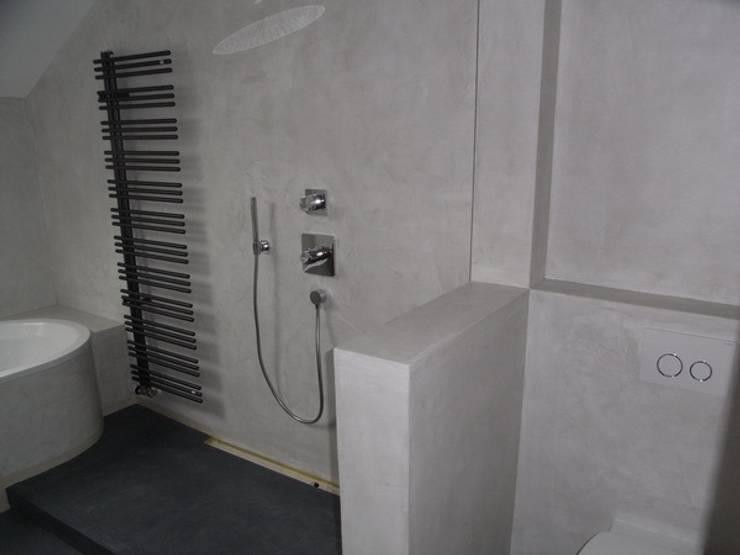 Bäder,Küchen und Böden in Beton Ciré: moderne Badezimmer von welschwalls.com