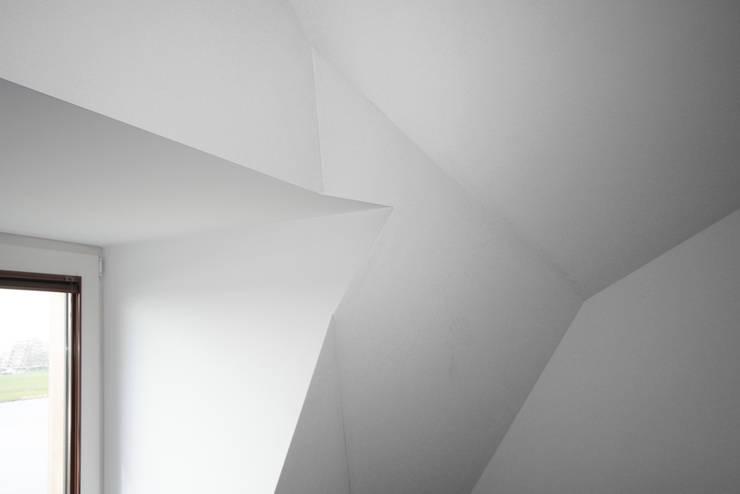 villa aan het spaarne:  Slaapkamer door derksen|windt architecten, Landelijk