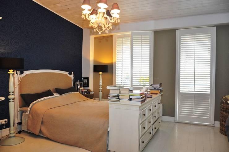 Shutters w sypialni: styl , w kategorii Sypialnia zaprojektowany przez Gama Styl