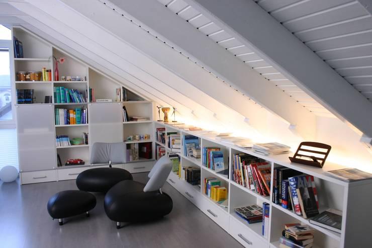 Wohnzimmer:  Wohnzimmer von Schreinerei Deml GmbH