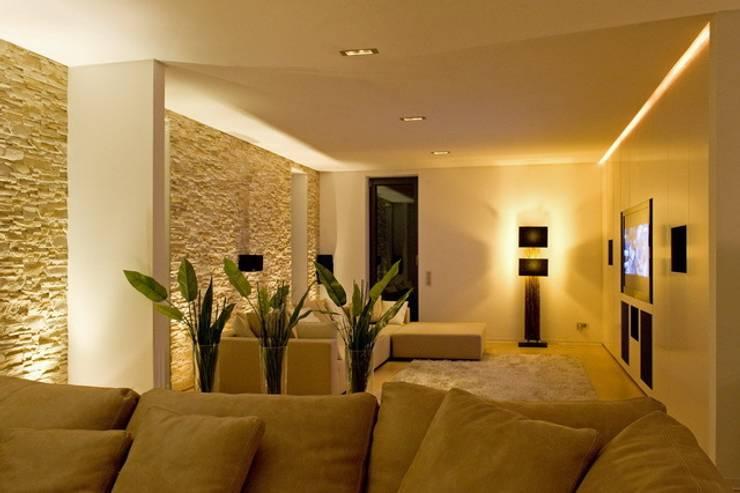 Livings de estilo  por  ligthing & interior design