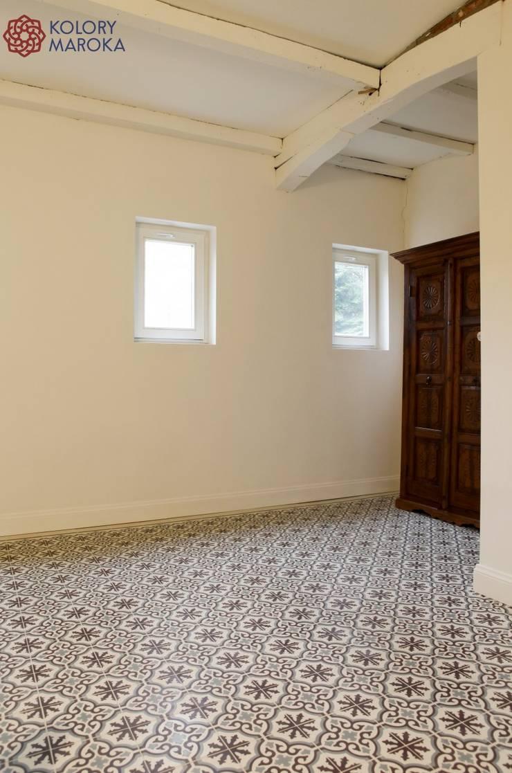Aranżacje płytek cementowych w korytarzach i przedpokojach: styl , w kategorii Ściany zaprojektowany przez Kolory Maroka