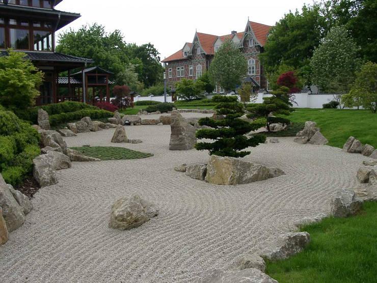 Giardino in stile  di Kirchner Garten + Teich GmbH