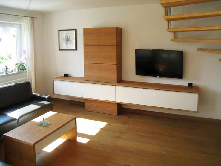 Wohnzimmer-Möbel in massiver Eiche:  Wohnzimmer von Lignum Möbelmanufaktur GmbH,Modern