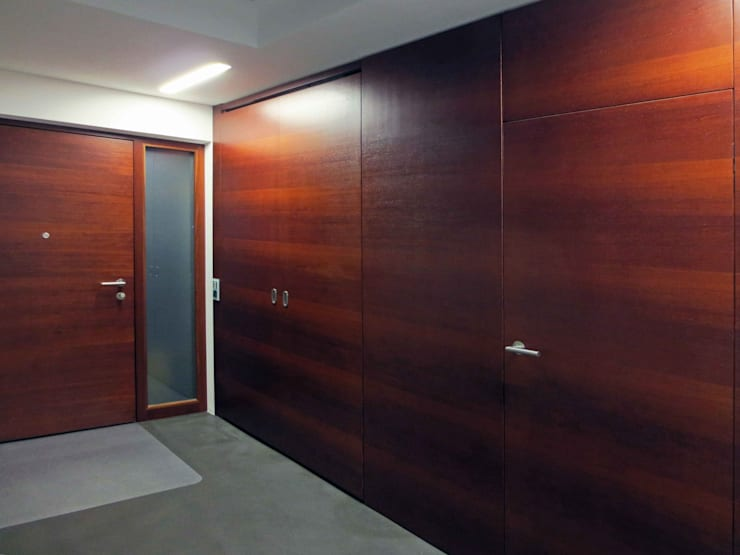 Moderner Eingangsbereich in Merbau II: modern  von Lignum Möbelmanufaktur GmbH,Modern