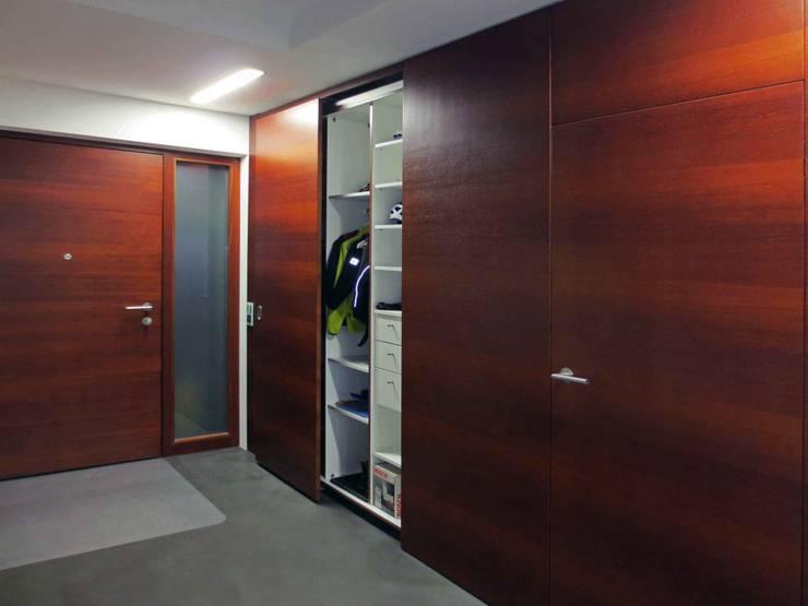 Moderner Eingangsbereich in Merbau: modern  von Lignum Möbelmanufaktur GmbH,Modern