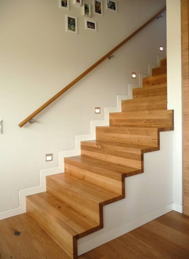 Vestíbulos, pasillos y escaleras de estilo  por Lignum Möbelmanufaktur GmbH