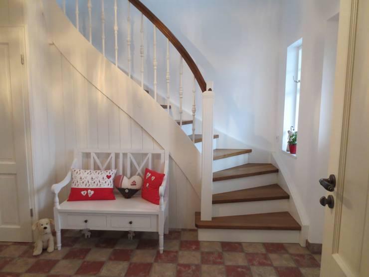 Klassische Treppe im Landhausstil: landhausstil Flur, Diele & Treppenhaus von LIGNUM Möbelmanufaktur