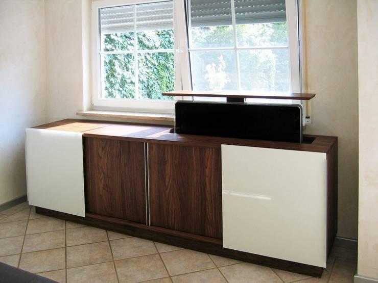 Medienmöbel mit versenkbarem Fernseher II: moderne Wohnzimmer von LIGNUM Möbelmanufaktur