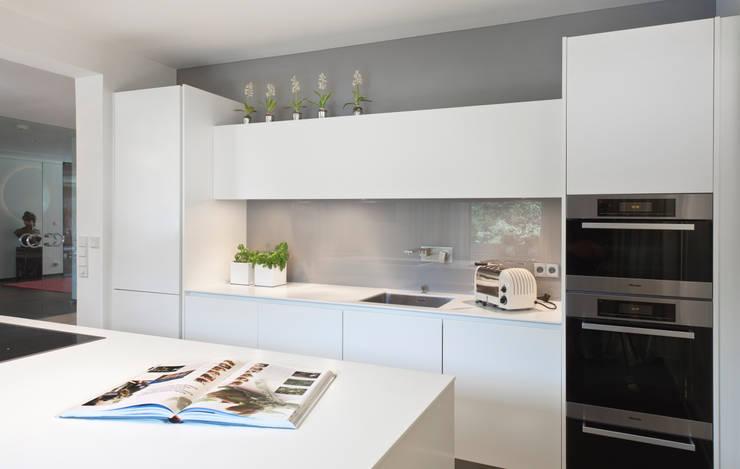 Villenanwesen: moderne Küche von schulz.rooms