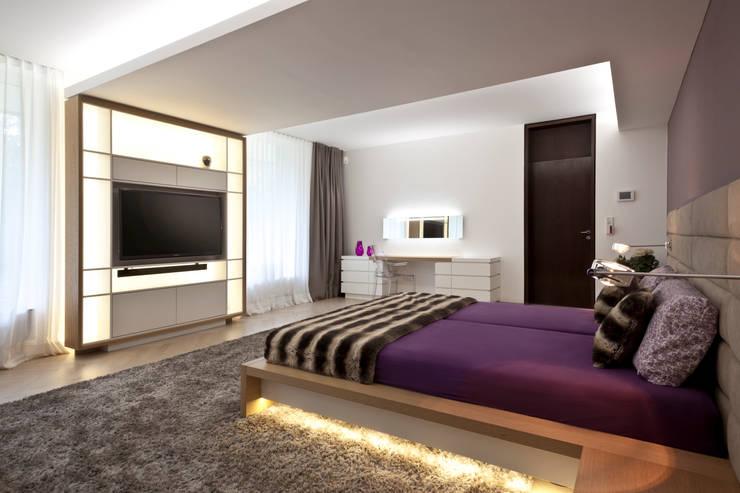 Villenanwesen: moderne Schlafzimmer von schulz.rooms