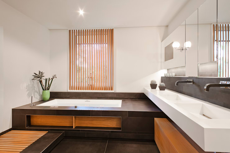 Villenanwesen: moderne Badezimmer von schulz.rooms