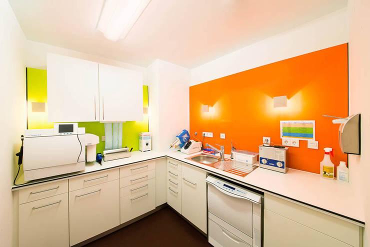 Sterilisierung vor oranger Wand:  Praxen von WEINKATH GmbH