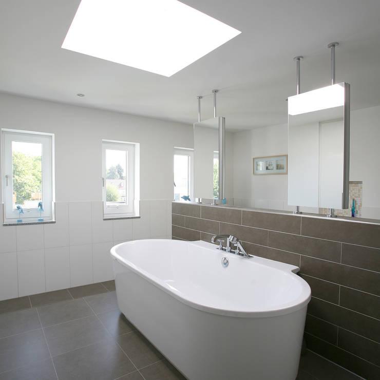 Einfamilienhaus H:  Badezimmer von kenchiku,Modern